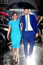 """Der Regen kann ihnen nichts anhaben: Herzogin Meghan und Prinz Harry strahlen in London um die Wette. Die beiden sind bei den""""Endeavour Fund Awards"""" zu Gast. Modisch sind sie ein absolutes Dream Team und Harrys Anzug passt farblich perfekt zum Look seiner Frau. Meghan trägt ein Kleid von Victoria Beckham, eine Clutch von Stella McCartney und Heels von Manolo Blahnik."""
