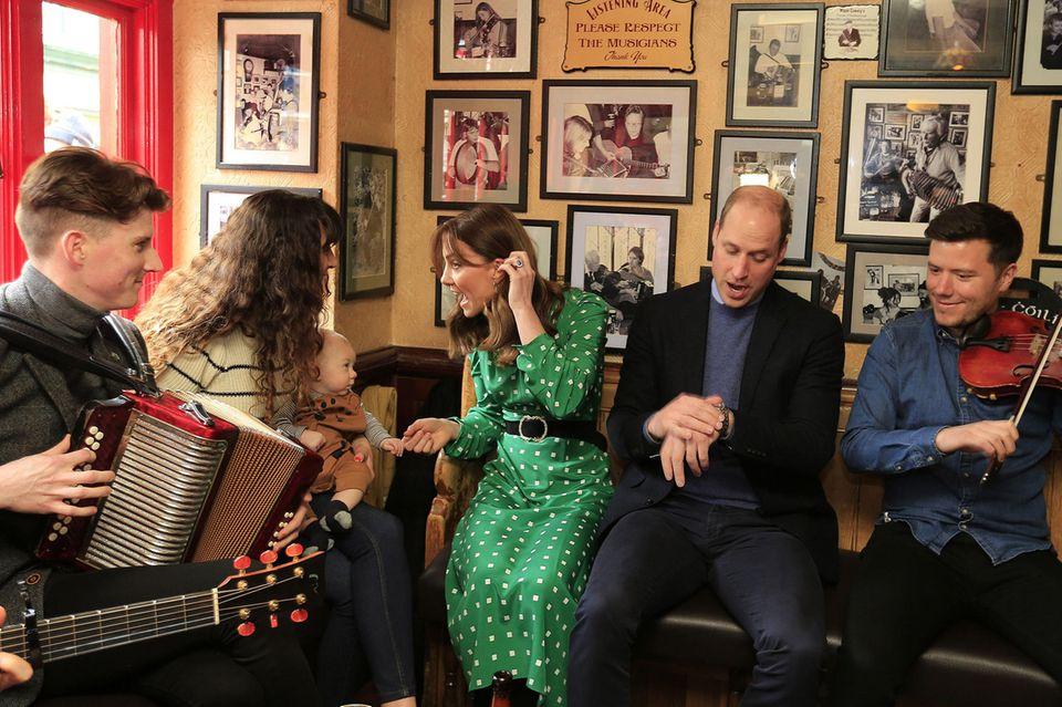 Ein Hoch auf die irische Gemütlichkeit! Im Pub wird musiziert und sich angeregt unterhalten. Kate scheint einen Narren an dem kleinsten Iren und seiner Mutter gefunden zu haben.