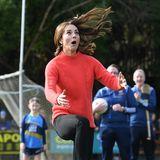5. März 2020  Immer am Ball bleibt die hochkonzentrierte Kate beim Besuch eines Sportclubs in Galway. Das dabei so lustige Bilder entstehen, macht sie umso sympathischer.