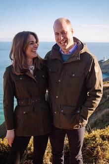 6. März 2020  Mit diesem schönen Pärchenbild am sonnigen Howth Cliff bedanken sich Herzogin Catherine und Prinz William für drei schöne Tage in Irland. Das sie dort viele wundervolle menschen kennengelernt haben, kann man ihren strahlenden Gesichtern richtig ansehen