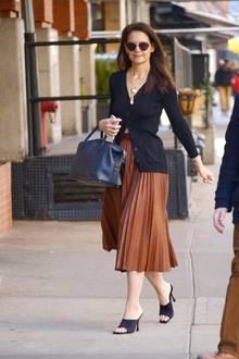 Woran man erkennt, dass Katie Holmes ein Mode-Profiist? Auf den ersten Blick sieht es so aus, als habe sie für dieses Outfit ewigherumexperimentiert. Doch schaut man genau hin, sieht man, dass Katiekein Make-up trägt, unpedikürte Fußnägel hatund nichts weiter unter ihrem Cardigan trägt - man könnte also vermuten: Es musste an diesem Morgen schnell gehen. Chapeau, liebe Katie! Du siehst einfach immer großartig aus.