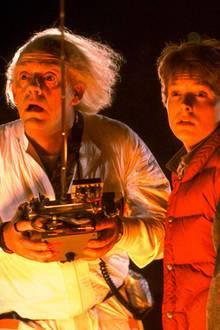 """Mit dem ersten Teil von Robert Zemeckis' Erfolgstrilogie """"Zurück In Die Zukunft"""" begann für Christopher Lloyd als """"Doc Brown"""" und Michael J.Fox als """"Marty McFly"""" 1985 eine lange Reise in die Herzen von Science-Fiction- und Zeitreise-Fans. In diesem Jahr feiern die Stars bereits das 35. Jubiläum des Kultfilms, und für die beiden Hauptdarsteller ist das natürlich ein hervorragender Grund, sich zu treffen."""