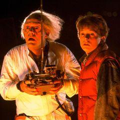 """Mit dem ersten Teil von Robert Zemeckis' Erfolgstrilogie """"Zurück In Die Zukunft"""" begann für Christopher Lloyd als """"Doc Brown"""" und Michael J.Fox als """"Marty McFly"""" 1985 eine lange Reise in die Herzen von Science-Fiction- und Zeitreise-Fans. In diesem Jahr feiern die Stars bereits das 36. Jubiläum des Kultfilms, und für die beiden Hauptdarsteller ist das natürlich ein hervorragender Grund, sich zu treffen."""