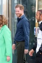 Prinz Harry eröffnet ein Rennsport-Museum auf der Rennstrecke in Silverstone. An seiner Seite: Formel-1-Weltmeister Lewis Hamilton (r.) und Museums-Geschäftsführerin Sally Reynolds (l.).
