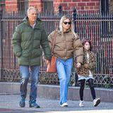 Papa, Tochter, Enkelkind: Wie die Orgelpfeifen spazieren Sienna Miller, ihr Vater Edwinund Tochter Marlow Hand in Handdurch New York. Familie ist eben alles.