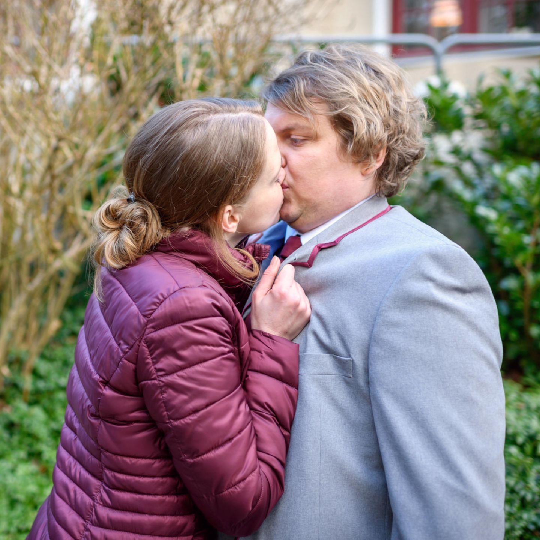 """""""Sturm der Liebe"""": Lucy (Jennifer Siemann. l.) überrumpelt Bela (Franz-Xaver Zeller, r.) mit einem Kuss."""