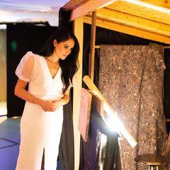 Es sind die letzten offiziellen Termine, die Meghan im Namen der Krone wahrnimmt. In einem weißen Ensemble besucht die Frau von Prinz Harry das National Theatre in London - und sieht dabei blendend aus. Doch ein Detail ihrer Kombination lässt vermuten, dass sie sich Rat bei ihrer Schwägerin Kate geholt hat...