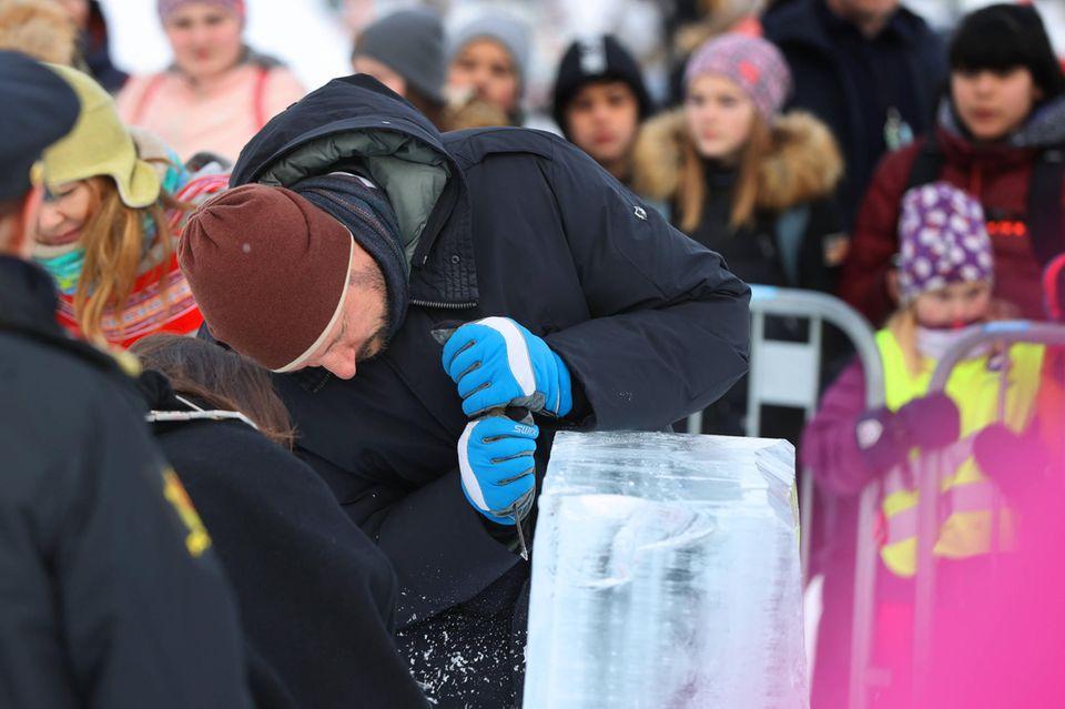 Prinz Haakon besucht einen Eisskulpturen-Park