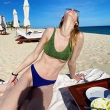 Über ihreBikini-Panne kann diese Strand-Nixe herzlich lachen: Statt dafür zu sorgen, ihre Brüste an Ort und Stelle zu halten, gibt dieses Bikini-Oberteil nach. Ein Moment, der vom Ehemann des Serien-Stars festgehalten wird.