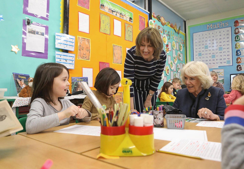 Herzogin Camilla besucht eine Grundschule