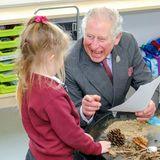 6. März 2020  Bei der Eröffnung der neuen Nansledan Schule in Newquay spricht Prinz Charles mit Schülerinnen und hat dabei mächtig Spaß. Die kleine Whitney macht ihm ein Geschenk, mit dem er so nicht gerechnet hat...