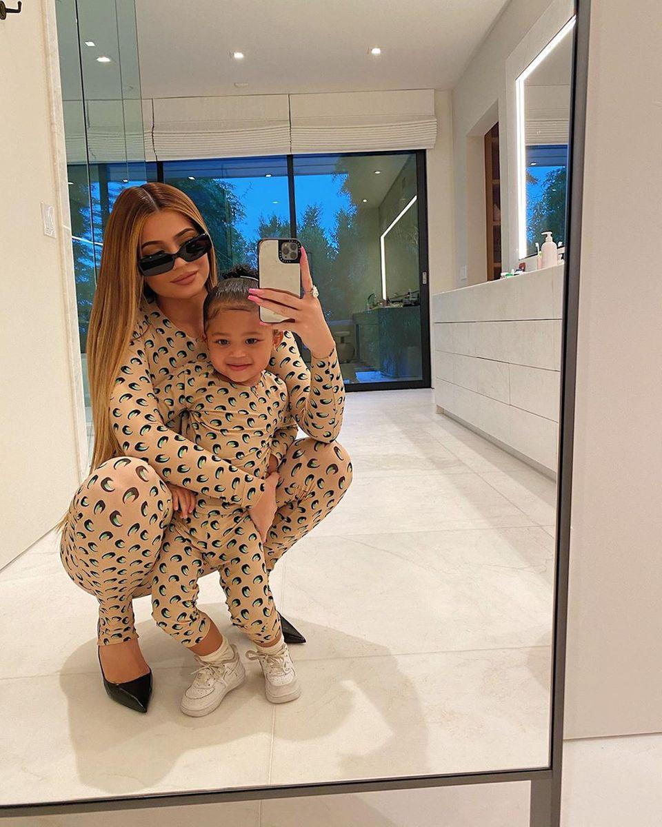 6. März 2020  Mama und Tochter im Partnerlook: Kylie Jenner und Tochter Stormi tragen den gleichen hautfarbenen Hausanzug. Schnell noch ein Selfie gemacht, dann kannder Tag zu Ende gehen.