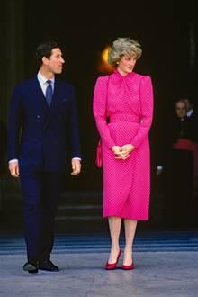 Sie zeigen die zu der Zeit 23-Jährige während einer königlichen Italien-Reise an der Seite ihres damaligen Ehemannes Prinz Charles. In einem gepunkteten Midi-Dress in einem frühlingshaften Pink verlässt Prinzessin Diana den Petersdom. Eine modischeKreation des Designers Donald Campbell, dessen raffiniert tailliertes Kleid für eine fabelhafte Figur sorgt. Fast genau 35 Jahre später wird dieser Look eine Style-Inspiration für eine von Dianas Schwiegertöchtern sein ...