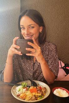 Janina Uhse trinkt Tee