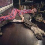Heidi Klum kuschelt mit Wolfshund Anton