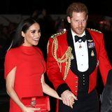 Ihre Haare trägt Meghan offen und glatt gestylt – ihre funkelnden dunkelroten Ohrringe von Simone Rocha kommen so perfekt zur Geltung. Ein starkes Make-up garantiert der Herzogin zusätzlich einen glamourösen Auftritt, als sie die Veranstaltung mit ihrem Mann, Prinz Harry, besucht.