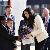 Den Internationalen Frauentag feiert Herzogin Meghan bereits am 06. März mit einem Besuch der Robert-Clack-School im Londoner Stadtteil Dagenham. Ein schlichtes und feminines Outfit unterstreicht dabei die kraftvollen Worte, die die Business-Lady an die rund 700 Schülerinnen und Schüler richtet.