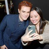 KJ Apa macht ein Selfie mit einem Fan