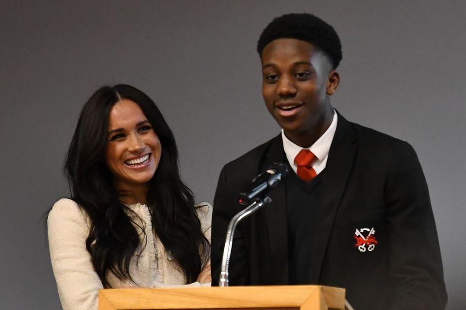 Herzogin Meghan und Aker Okoye, Schüler der Robert Clack Upper School in London