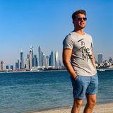 Raúl Richter steht in Dubai am Strand