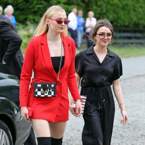 Sophie Turner und Maisie Williams auf dem Weg zur Hochzeitslocation