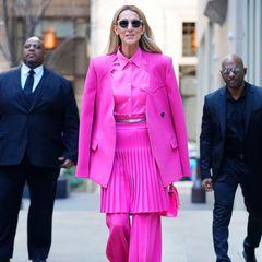 Pink, sehr sehr viel Pink: Celine Dion kann, will und wird in diesem Neon-Look von Peter Do auf den Straßen New Yorks alle Blicke auf sich ziehen.