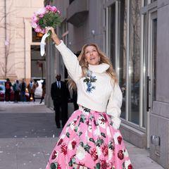 Was für ein Auftritt! Celine Dion feiert sich selbst, die Mode und die Weiblichkeit in einem wunderschönen Ensemble aus Maxirock und Rollkragenpullover von Oscar de la Renta.