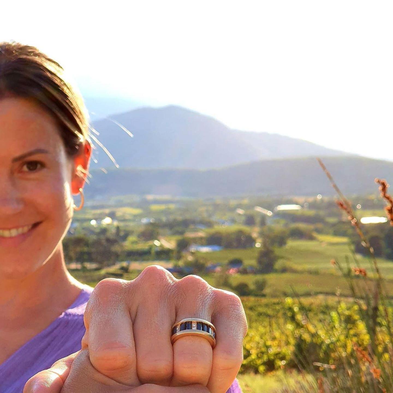 """Wolke Hegenbarth streckt stolz ihren neuen Ring in die Kamera. Die """"Mein Leben und Ich""""-Schauspielerin hat aber auch Grund zur Freude, ihr FreundOliver Vaid hat ihr einen Antrag gemacht und #shesaidyes. Der Verlobungsring """"Colonna by Kim"""" von Wempe wurde nach den Wünschen ihres Verlobten speziell für sie angefertigt und ist damit alles andere als Standard."""