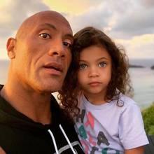 """8. März 2020  """"Pōmaikaʻi"""", gesegnet und stark nennt Dwayne """"The Rock"""" Johnson seine4-jährige Tochter Jasmine, von der die Welt noch hören wird. Dass die Kleine dabei mit ihren Strahleaugen auch noch unglaublich bezaubernd ist, muss gar nicht extra erwähnt werden."""