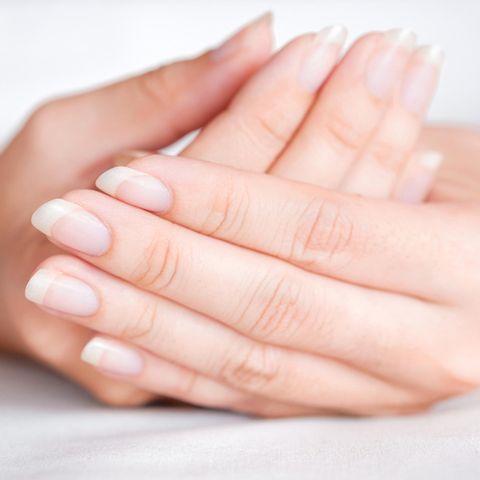 Längsrillen in den Fingernägeln: Aufnahme einer Frauenhand