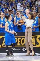 """8. März 2020  Großer Jubel in Salamanca: Königin Letizia freut sich nach einem spannenden Finalspielden Basketball-Damen """"Perfumerias Avenida"""" den Pokal""""Copa de SM la Reina"""" überreichen zu können."""