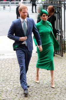Herzogin Meghan erscheint zu ihrem letzten offiziellen Auftritt als Royal in der Farbe der Hoffnung: Sie trägt ein grünes, enges Kleid von Emilia Wickstead, einer der Lieblingsdesignerinnen von Herzogin Catherine, und beige Pumps von ihrem Lieblingslabel, Aquazzura.