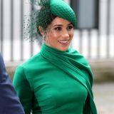 Dazu trägt sie eine farblich perfekt passende Kopfbedeckung von William Chambers und ein starkes Make-up-
