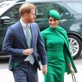 Ein kleines grünes Täschchen von Gabriela Hearst rundet den Look ab. Ein weiteres, perfektesDetail: Das Innere von Harrys Sakko ist farblich auf den Look seiner Frau abgestimmt!