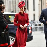 Herzogin Catherine wählt zum zweiten Mal in Folge ein rotes Mantelkleid mit doppelreihiger Knopfleiste für den Gottesdienst am Commonwealth Day. Das Modell stammt aus der Feder von Catherine Walker und wurde schon 2018 zum Weihnachtsgottesdienst von ihr getragen.