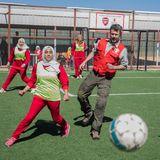 """9. März 2020  Bereits am 4. März besuchte Prinz Frederik mit der Kinderhilfsorganisation""""Red Barnet"""" das Flüchtlingslager Zaatari in Jordanien, wo er es sich nicht hat nehmen lassen, mit den Fußball-Mädchen eine Runde auf dem Rasen zu kicken. Die Bilder würden jetzt veröffentlicht."""