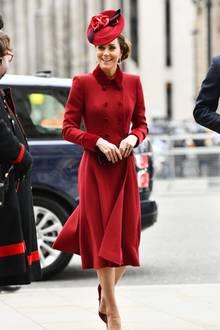 Herzogin Catherine bezaubert in einem Mantel in Burgunder und passendem Hut.