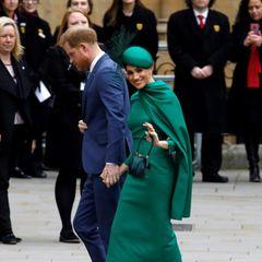 Was wohl in diesem Moment inHarry und Meghan vorgehen mag? Ihre Körpersprache scheint darauf hinzudeuten, dass es unterschiedliche Emotionen und Gedanken sind. Während Harry mit gesenktem Kopf voranschreitet, winkt Meghan Fotografen und Fans mit einem Lächeln auf den Lippen zu.