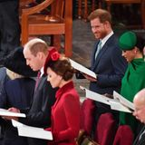 Da ist es wieder, Harrys spitzbübisches Lächeln! Eigentlich sollen sich die Royals auf das Programm konzentrieren. Was Charles, Camilla oder Harry sich wohl zu raunen? Na na, wenn das die Queen mitbekommt ...
