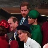 William und Kate interagieren kaum mit Harry und Meghan. Das liegt vermutlich an der Sitzordnung.Mit Prinz Edward und Gräfin Sophie fällt da das Plaudern deutlich leichter.