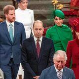 Beim Marsch aus der Kirche sehen die Royals betrübt aus. Ob es die Wehmut ist, dass Harry nach 35 Jahren bald nicht mehr an ihrer Seite ist?