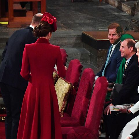 """In diesem Jahr kommen Kate und William getrennt von Harry und Meghan.Als die Cambridges ihre Plätze erreichen, gibtes für die Sussexes ein freundliches """"Hallo"""", das ebenso freundlich erwidert wird. Das zeigen neben diesem Foto auch Video-Aufnahmen aus der Westminster Abbey."""