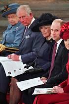 Die Queen als Oberhaupt der Familie Windsor sitzt ganz vorne in der ersten Reihe. Es folgten gemäß der Rangfolge im britischen Königshaus Prinz Charles, Herzogin Camilla, Prinz William und Herzogin Catherine. Harry und Meghan sitzen dahinter, in Reihe zwei.