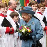"""Queen Elizabeth beim Abschied. Damit sie besser sieht, wem sie da """"Auf Wiedersehen"""" sagt, hat sie sich ihre Brille aufgezogen."""