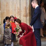 Auf ihrem Weg zum Wagen legen Kate und William einen Stop bei drei kleinen Royal-Fans ein. Für die Herzogin gibt es, wie reizend, einen Blumenstrauß. William geht wie so oft leer aus, lässt sich davon aber natürlich nicht die gute Laune verderben.