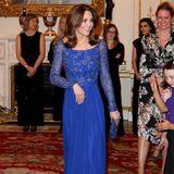 """Wow! Am Abend des Commonwealth Day ist Herzogin Catherine Gastgeberin der """"Place2Be""""-Gala im Buckingham Palast. Sie trägt eine bodenlange blaue Robe mit Glitzerapplikationen am Oberteil."""