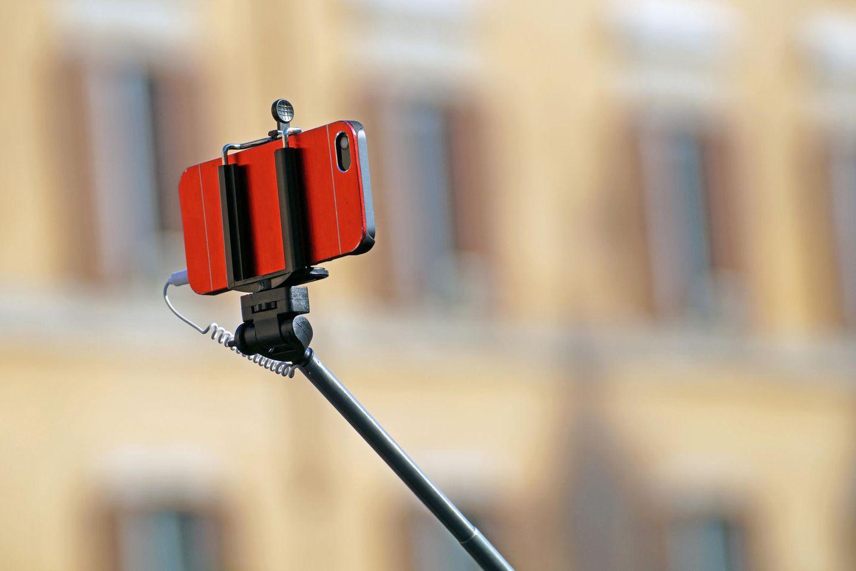 Für das perfekte Selfie gehen Menschen große Gefahren ein (Symbolbild)