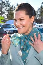 Prinzessin Victoria bekommt eine Halskette geschenkt