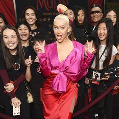 "Christina Aguilera posiert mit Fans bei der ""Mulan""-Premiere"