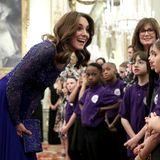 Herzogin Kate spricht mit Kindern